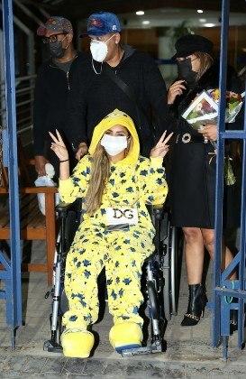Lexa saindo do hospital