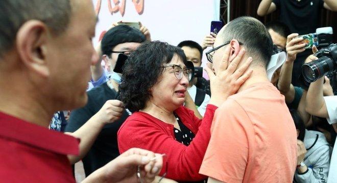 Li Jingzhi e seu filho se abraçam pela primeira vez em 32 anos.