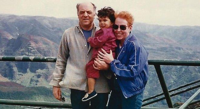 Liam com seu pais adotivos, Stephanie Griffin e Ben Dubinsky. Ele nasceu no Brasil em 1983 e foi levado aos EUA com poucas semanas de vida