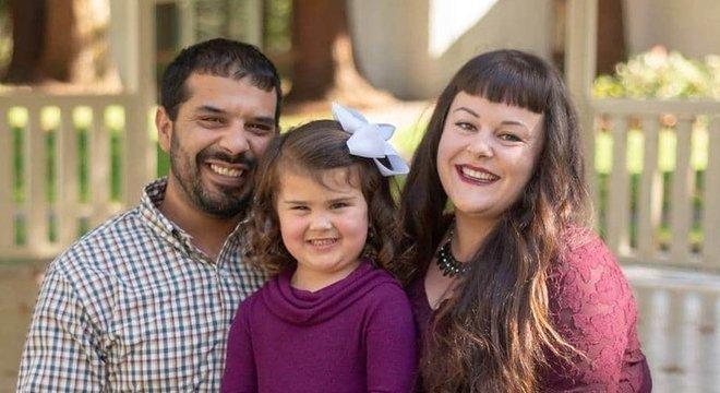 Liam Dubinsky, ao lado da mulher, Dani, e da filha. Ele já era adulto quando descobriu, por acaso, que não era cidadão americano