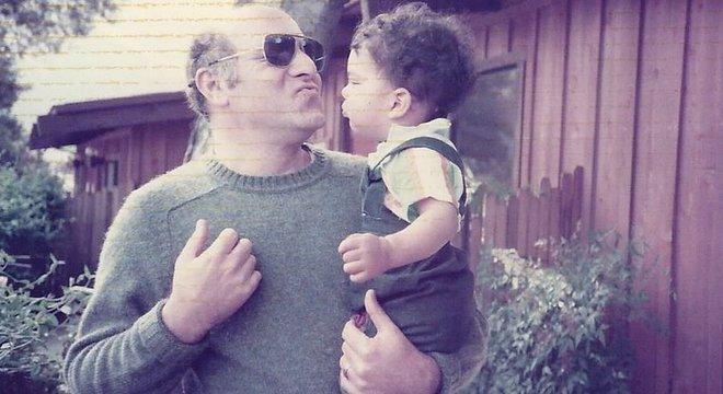 Liam e o pai adotivo. Ele não sabe detalhes sobre seu processo de adoção. Quando descobriu o problema, seus pais adotivos já haviam morrido