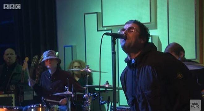 Filho de Liam Gallagher toca bateria em apresentação com o pai; assista