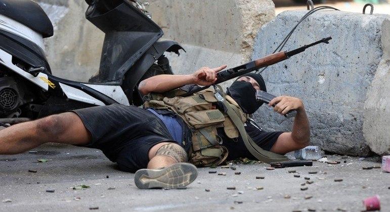 Atirador recarrega arma durante ataque contra manifestantes xiitas no Líbano