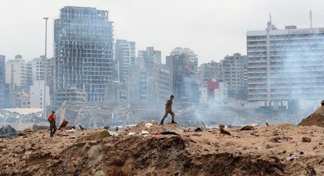 Soldado caminha sobre destroços onde ficava o galpão que explodiu em Beirute