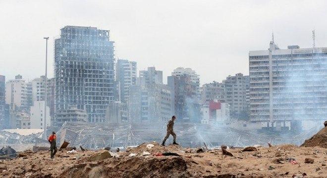 Soldado caminha sobre destroços do galpão que explodiu no porto de Beirute