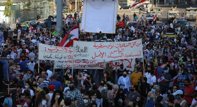 Milhares de pessoas protestaram no Líbano neste sábado (17)