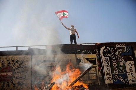 Manifestantes bloqueiam Parlamento no Líbano