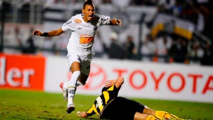LIBERTADORES 2011 - No Pacaembu lotado, craque abre caminho para título do Santos contra o Peñarol com gol no início da etapa final. Time vai ao Japão, em dezembro, lutar pelo Mundial. No final, vitória de 2 a 1 dos Meninos da Vila.