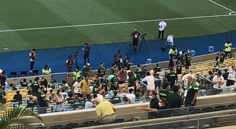 Num canto do Maracanã, parte do público que pôde ver o jogo no estádio