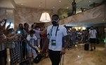 Sob os olhares e câmeras de torcedores, delegação do Santos deixou o hotel onde estava concentrada