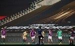 Time palmeirense aqueceu no gramado do estádio a poucos minutos do início da grande decisão