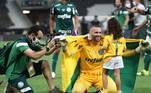 Goleiro Weverton comemora com a filha o título da Libertadores segurando a bandeira do Acre