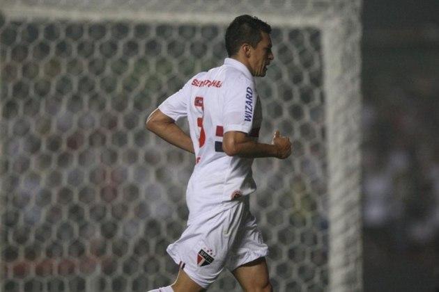 Libertadores/Oitavas/Atlético-MG - No mesmo ano, o Tricolor foi eliminado nas oitavas de final da Liberta pelo Galo. O Tricolor perdeu os dois jogos: 4 a 1 em Minas e 2 a 1 no Morumbi.