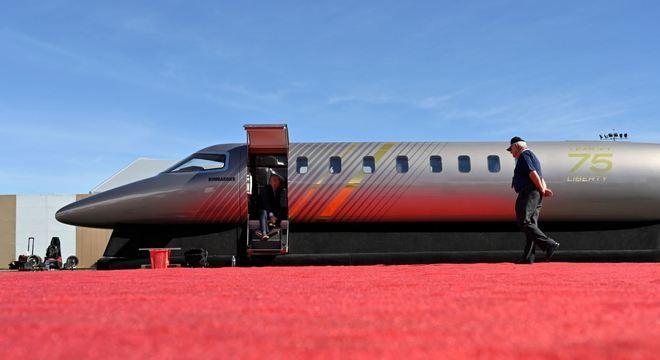 Bombardier lança jato renovado para competir com a Embraer