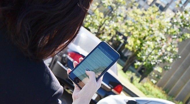Licença de veículo estará disponível no celular e vai aposentar documento em papel moeda verde