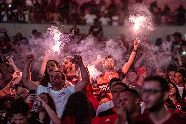 LÍDER DE PÚBLICO E RENDA - O jogo com maior público no Brasileiro de 2019 foi entre Flamengo e CSA, em outubro, no Maracanã: 65.649 pessoas, com renda de R$ 3.735.850. Se este dia não culminou na maior renda da competição, na temporada passada em si, com R$ 96.905.951 de valor bruto e ticket médio de R$ 51, o clube liderou dentre os demais no país. A média de pagantes foi de 52.537.