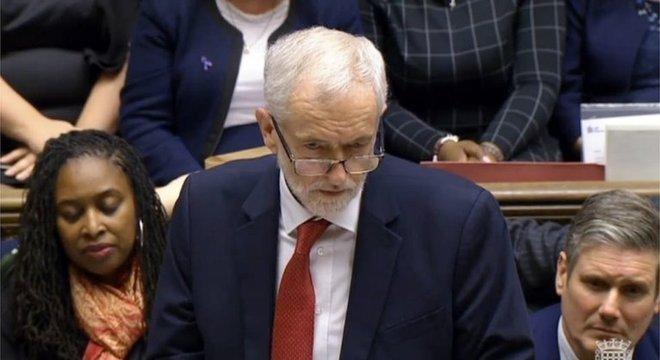 O líder da oposição Jeremy Corbyn pediu o voto de desconfiança no governo