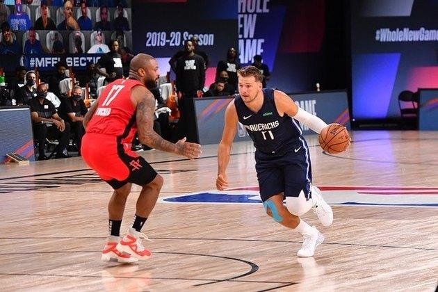 Líder na temporada em triplos-duplos, o astro Luka Doncic (Dallas Mavericks) obteve mais um, o 15°, com 28 pontos, 13 rebotes e dez assistências. No entanto, sua equipe acabou derrotada após prorrogação por 153 a 149 para o Houston Rockets na primeira das oito partidas que o Mavs fará na Flórida antes dos playoffs