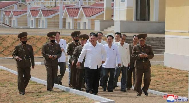 Líder norte coreano Kim Jong Un inspeciona Kangbuk-ri atingida por tufões