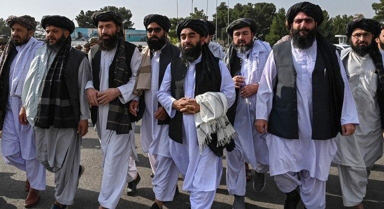 Líderes do Talibã chegam ao aeroporto de Cabul após a saída dos militares norte-americanos do Afeganistão