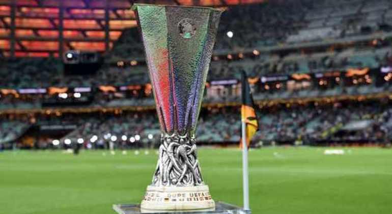 O troféu da Liga Europa, 15 quilos de peso, e sem alças