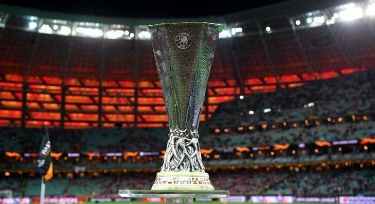 O elegante troféu da Liga Europa