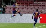 O camisa 10 é decisivo! Lionel Messi coloca o 2 a 0 no placar aos 23 minutos da primeira etapa. Barcelona vai classificando