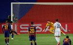 Um dos grandes atacantes do mundo, Suárez conseguiu ampliar o placar na bola parada, no final do primeiro tempo