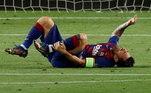 Mostrando sua liderança, Messi foi para cima dos zagueiros. Após sofrer falta dento da área, o juiz foi ver no VAR e decidiu: penalti!