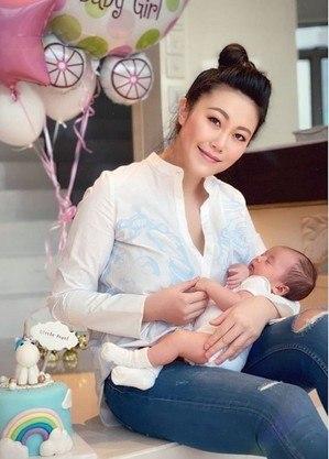 Lili Luo era filha de um dos maiores empresários da China e tinha apenas 34 anos de idade. Sua filha tinha apenas cinco meses