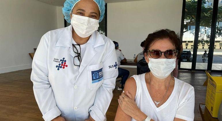 Lilia Cabral recebe a primeira dose da vacina contra covid-19
