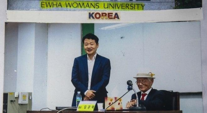 Ex-combatente da Coreia em palestra na Universidade de Mulheres Ewha, em Seul