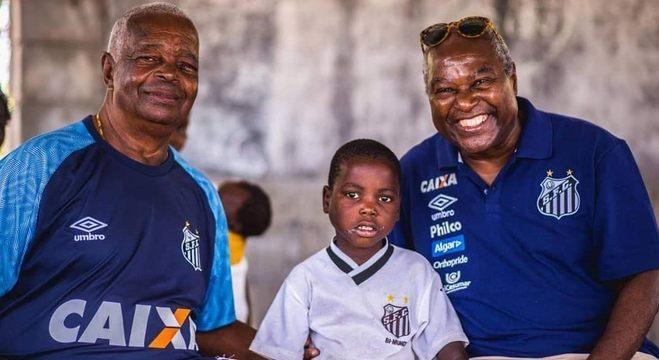 Ex-jogadores Lima e Edu posaram para fotos ao lado do moçambicano João Chico c1a88bb95e10f