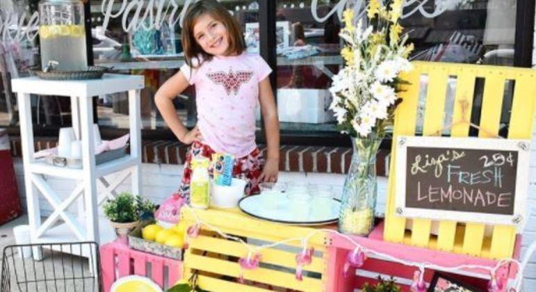 Menina vendeu limonada para ajudar a pagar suas cirurgias cerebrais