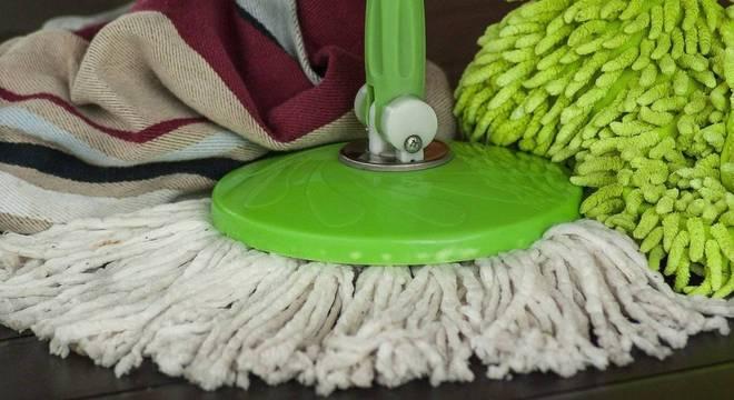 O ideal é limpar tudo com água sanitária ou álcool 70%, dependendo do tipo de superfície a ser limpa.