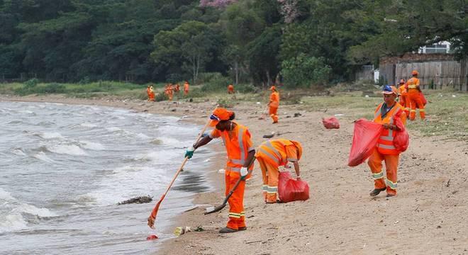 Limpeza em praia gaúcha, em foto de arquivo; Plano Nacional de Combate ao Lixo no Mar está paralisado desde março deste ano devido à pandemia e sem previsão de retorno