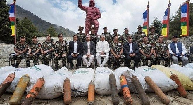 Alpinistas mostram lixo e cilindros de oxigênio coletados no Everest