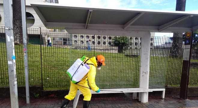 Funcionários fazem higienização nos arredores de hospitais em SP