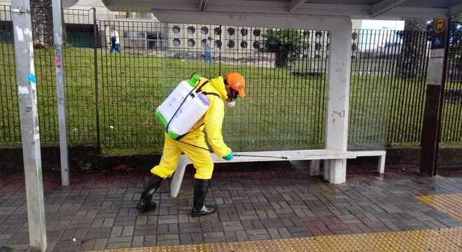 Na limpeza, agentes usam desinfetante antibactericida perto de hospitais