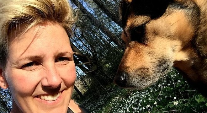 A pesquisadora Lina Roth estuda a relação entre cães e seus donos
