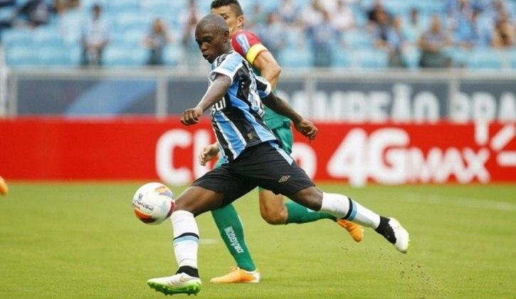 Lincoln estreou há quase cinco anos, em 2015, quando tinha apenas 16 anos, no Grêmio. Atualmente, joga no Santa Clara, de Portugal.
