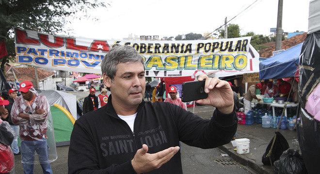 Lindbergh Farias visitou na segunda o acampamento de apoiadores de Lula