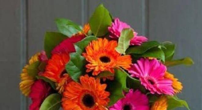 Lindo arranjo formado com flores de gérbera