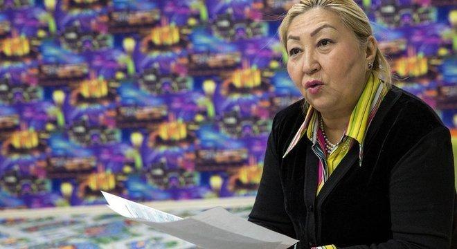A linguista Munalbayeva Daurenbekovna apresenta o novo alfabeto na Biblioteca Nacional, em Astana