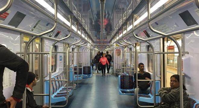 Trem durante embarque na estação Aeroporto-Guarulhos da CPTM