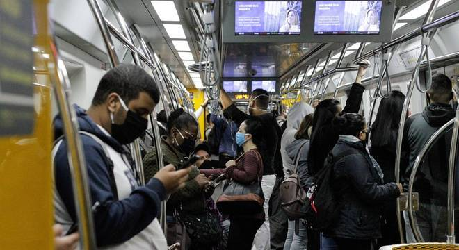 Passageiros de máscaras na Linha 4-Amarela do Metrô de São Paulo