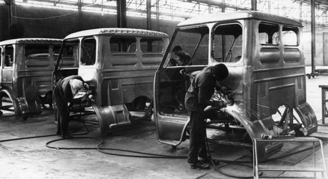 Linha de produção da antiga FNM, na época Fábrica Nacional de Motores