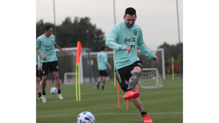 Lionel Messi cobriu toda a perna esquerda com uma tatuagem escura e com momentos do argentino na história