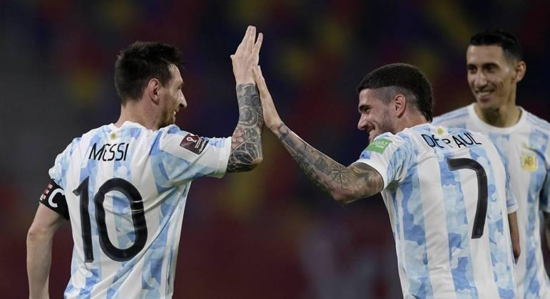 Será que o clima está bom na Argentina? Messi ganha surpresa dos companheiros em aniversário