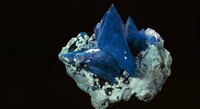 A estrutura dos cristais é a mesma do liroconito, mas a kernowite contém ferro em vez de alumínio, criando uma cor diferente